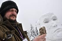 František Trust z Českého Újezdu vytvořil na sochařském sympoziu Sněhové království 2013 na Pustevnách sochu nazvanou Šašek a královna.