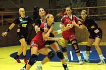 Přípravné utkání žen v Zubří: Česko (červené dresy) – Rakousko 22:27.