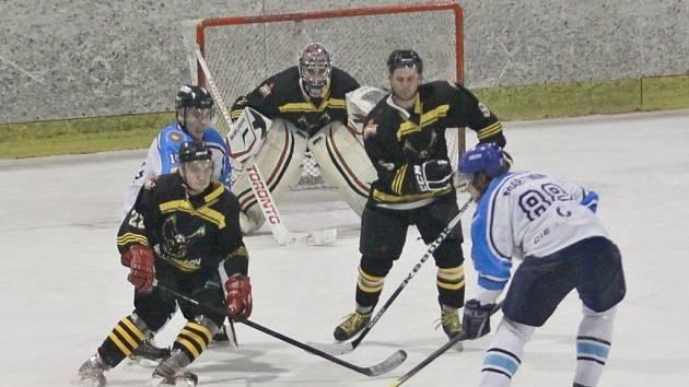 Hokejisté Valašského Meziříčí (bílé dresy) vyhráli v Uničově 4:3 a zachránili druhou ligu.