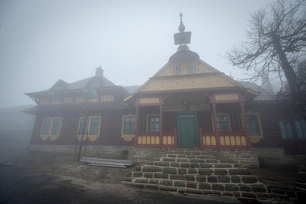 Rekonstrukce chaty Libušín na Pustevnách v Beskydech je téměř u konce, muzeum hledá nájemce, 14. května 2020. Chata postavená v roce 1899 podle návrhu slovenského architekta Dušana Jurkoviče vyhořela v noci z 2. na 3. března 2014.