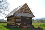Zaměstnanci Valašského muzea v přírodě v Rožnově pod Radhoštěm přesunuli do nově vznikajícího areálu Kolibiska už několik objektů. Na snímku luční seník z Morávky po obnově.