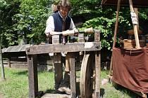 Libor Žalmánek předvádí, jak se obrábělo dřevo před desítkami let.