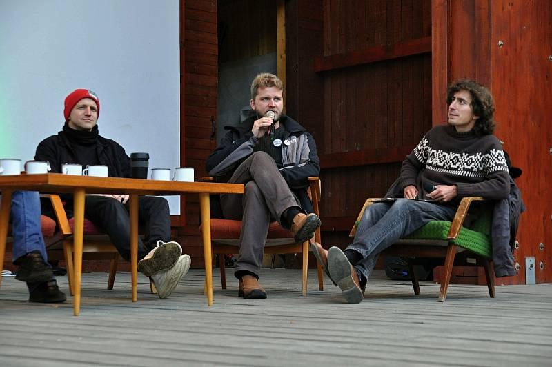 Diskuze na téma Kdo je aktivista? v amfiteátru v parku ve Valašském Meziříčí na prvním ročníku Envirofestu Bečva; neděle 19. září 2021