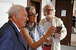 Hraběnka Kira von Zierotin s otcem Otto Klingerem-Zierotinem a manželem při návštěvě zámku Žerotínů ve Valašském Meziříčí; sobota 17. srpna 2019