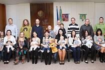 Letos již podruhé uspořádala radnice v Dolní Bečvě vítání občánků. Takzvaně do svazku vesnice přijali o víkendu osm dětí. Pět kluků a tří holky.