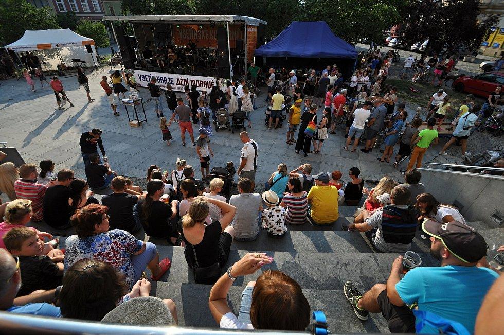 Lidé se baví na benefičním festivalu Vsetín hraje Jižní Moravě, který se uskutečnil v pátek 23. července 2021 na Dolním náměstí ve Vsetíně.