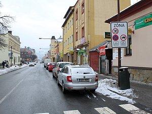 Parkování v centru Vsetína se stává noční můrou pro řidiče i městské strážníky
