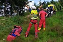 Záchranáři zasahují na Bílé v Beskydech, kde se po pádu z kola vážně zranil patnáctiletý cyklista; středa 29. července 2020