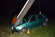 Čtyřiatřicetiletý řidič usnul v pondělí 22. října 2018 časně ráno za volantem. Autem přerazil betonový sloup elektrického vedení.
