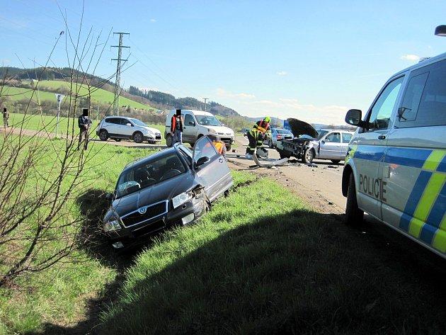 Nehoda tří vozidel zablokovala komunikaci I.třídy nedaleko Ústí na Vsetínsku.