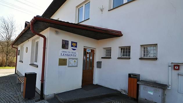 Leskovec - vchod do obecního úřadu.