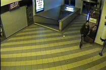 Znáte muže na fotografii? Mohl by být důležitým svědkem přepadení, které se ve Valašském Meziříčí odehrálo 13. října 2016. Policie prosí o pomoc s pátráním.