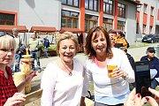 Na soutěž Prlovský drvař se v sobotu 11. května sjelo 32 soutěžících a stovky návštěvníků. Blanka Kostovská a Lenka Mazurová po soutěži v řezání hrbaňú.