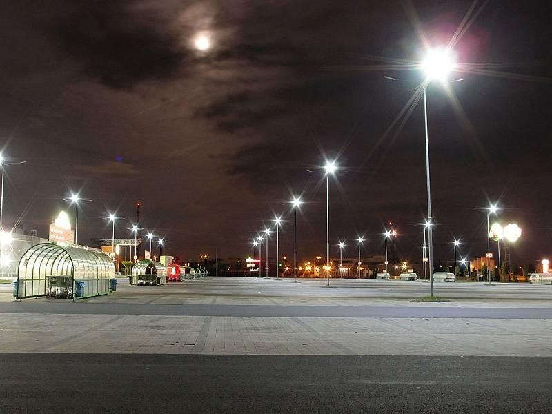 Parkoviště supermarketu v noci.