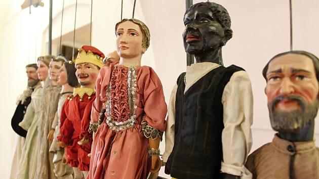 Ve valašskomeziříčském zámku Žerotínů je od středy 1. listopadu 2017 k vidění výstava s názvem Divadlo s loutkami - malé ale naše.