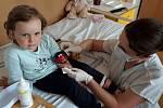 Speciální strojek v podobě berušky pomáhá ve Vsetínské nemocnici mírnit obavy dětí z injekce a nepříjemné pocity při odběru krve, zavádění kanyly či drobnějších zákrocích.