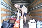 Pracovníci valašskomeziříčské a olomoucké Charity nakládají čistící prostředky a další darované věci určené na pomoc lidem postiženým povodněmi; Valašské Meziříčí, pátek 14. června 2013.