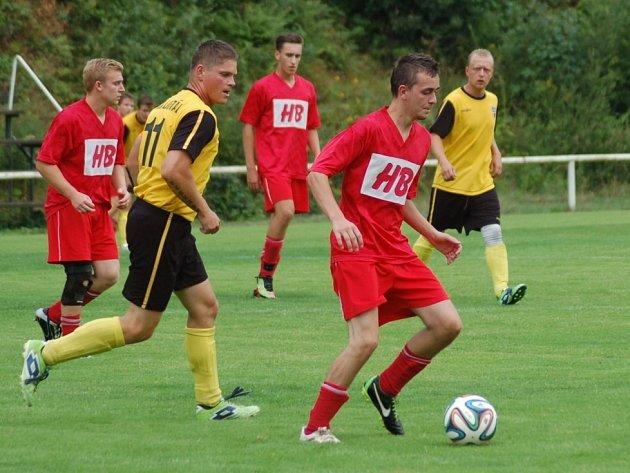 Fotbalisté Horní Bečvy B (červené dresy) momentálně vedou tabulku vsetínské IV. třídy.