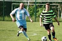 Fotbalisté Kelče B (pruhované dresy) doma porazili vedoucí Prlov 1:0.