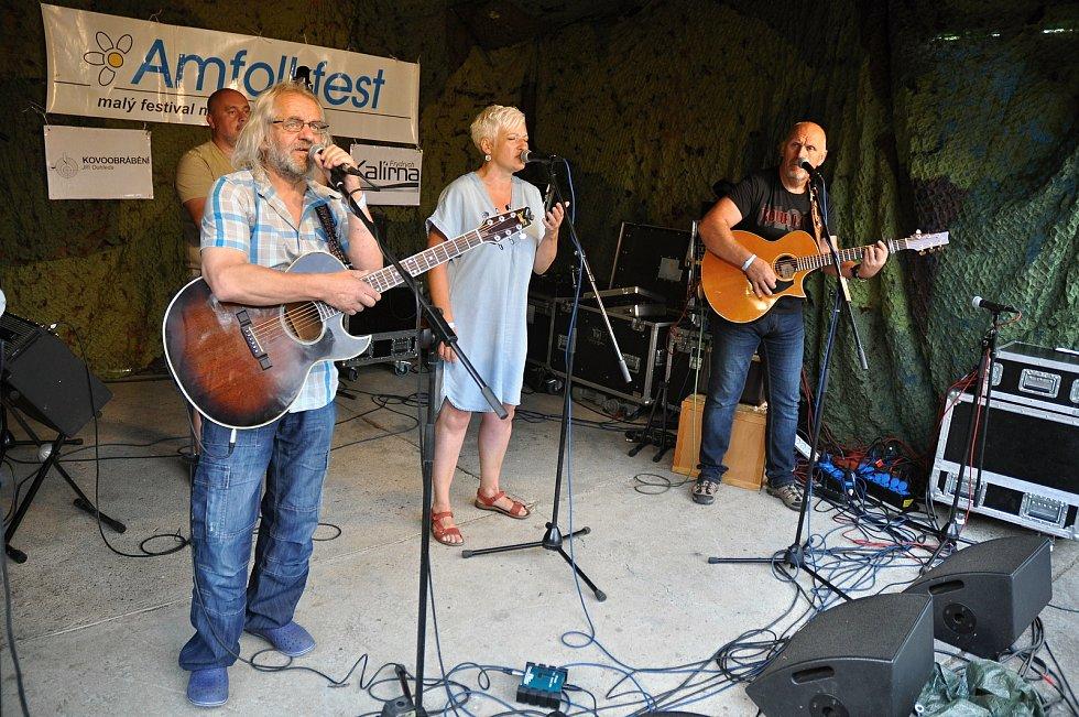 Kapela Poslední šance Míry Ošance vystupuje na 25. ročníku hudebního festivalu Amfolkfest v Pulčíně u Francovy Lhoty; sobota 25. července 2020