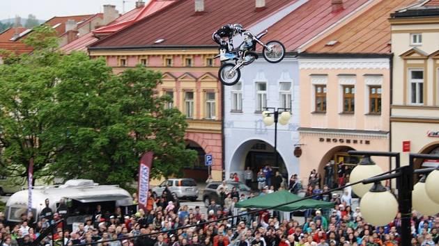 Exhibice freestyle motocrossu na náměstí ve Valašské Meziříčí, 7. 5. 2012
