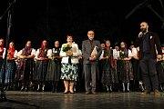 Valašský soubor písní a tanců Radhošť oslavil sedmdesáté výročí vzniku. Přímo na pódiu dostali Cenu města manželé Dobrovolní.