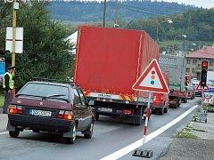 Ve Valašské Polance opravují hlavní silniční průtah obcí. Řidiči stojí v kolonách desítky minut