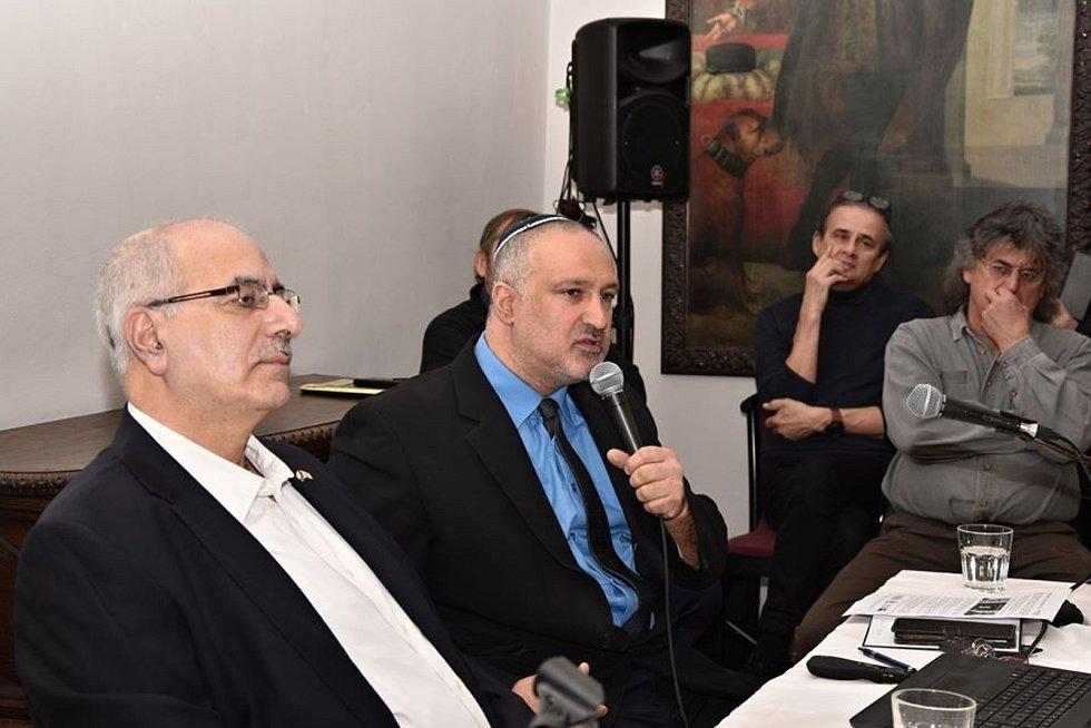 Rabín a instruktor bojového umění Krav maga David Bohbot (s mikrofonem) a arabský křesťan Nasri Karram (vlevo) při besedě u příležitosti zahájení 16. ročníku festivalu Chaverut - Přátelství ve Valašském Meziříčí; neděle 16. února 2020.