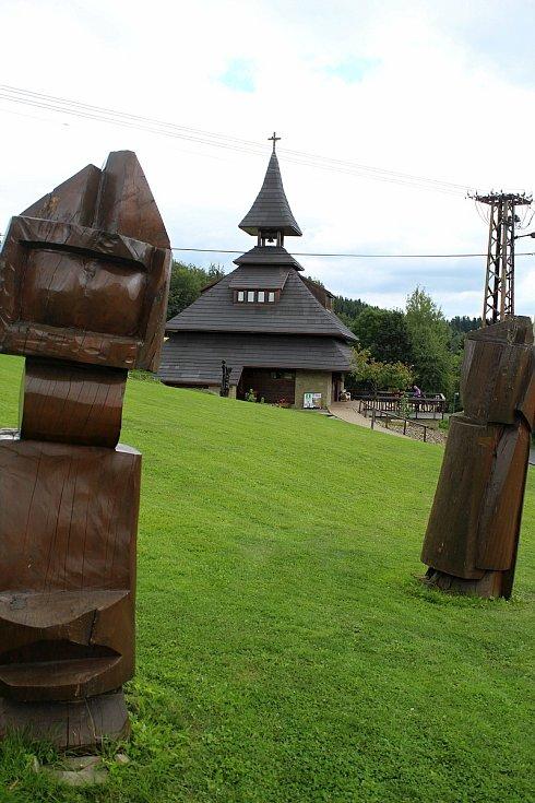 Velké Karlovice se těší velké oblibě turistů. Výjimkou nebyl ani poslední prázdninový týden roku 2020. Zvonice Soláň leží poblíž hranic katastru Karlovic a je důležitou křižovatkou turistiky i místem kulturního dění.