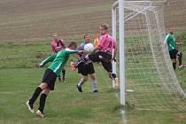 V utkání vsetínské IV. třídy fotbalisté Branek (zelené dresy) otočili se Zubří B z 0:2 na 4:2.