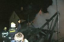 Požár dřevěné kůlny a části rodinného domu v Halenkově.