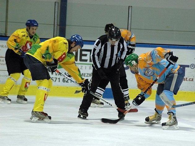 Amatérská hokejová liga o Pohár bobra, Velké Karlovice (ve žlutém) - Ratiboř