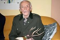 Ladislav Křenek z Rožnova pod Radhoštěm (v myslivecké uniformě) oslavil 21. května 2015 sté narozeniny. Je třetím nejstarším obyvatelem Rožnova.