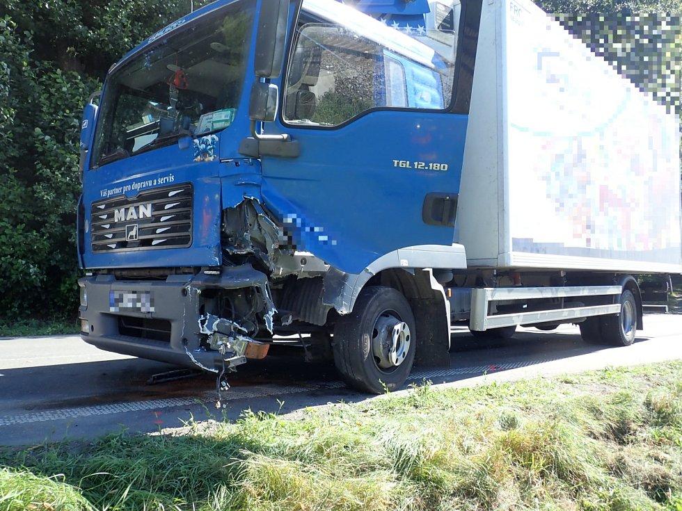 V Bystřičce u přejezdu se srazil osobák s náklaďákem