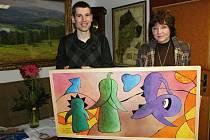 Rožnovská radnice získala obraz výtvarnice Ley Drozdové. Převzala jej starostka města Markéta Blinková (na snímku).