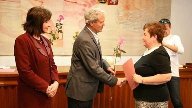 Nejlepší učitelé v Rožnově pod Radhoštěm za rok 2011 si ve středu 28. března 2012 převzali ocenění v obřadní síni rožnovské radnice.