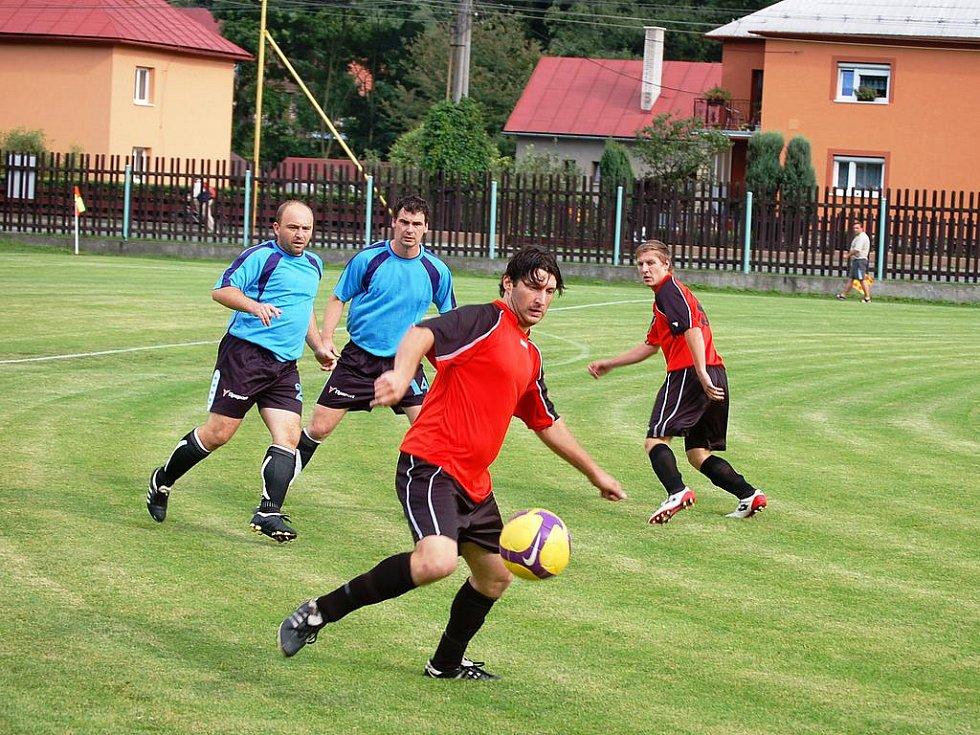 Do Ratiboře přijela Francova Lhota a hrál se výborný fotbal. Hosté (tmavší dresy) se ujali vedení Bambuchem, domácí nakonec srovnali na spravedlivých 1:1.