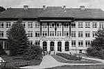 ŠKOLA. Předcházející školní budovy nahradila zděná škola z roku 1878 postavená ve středu obce na návsi. Nová školní budova základní školy byla slavnostně otevřena roku 1957 na pravém břehu Bečvy pod Kapitánkou.