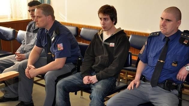 Čtyřiadvacetiletý Jakub Beneš (zcela vlevo) a o rok starší Ondřej Kopetschke (druhý zprava) v soudní síni v budově Okresního soudu ve Vsetíně.