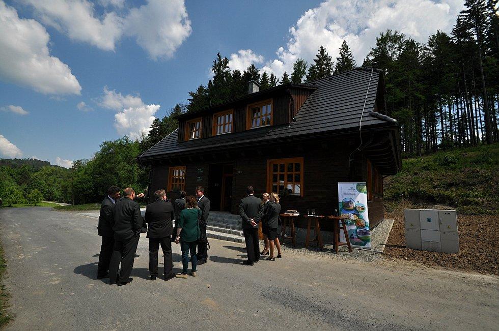 Slavnostní otevření nové hájovny, kterou ve Valašské Bystřici postavily Lesy ČR. Stojí na místě roubenky z roku 1920, která se přesouvá do nově vznikajícího areálu Kolibiska ve Valašském muzeu v přírodě v Rožnově.