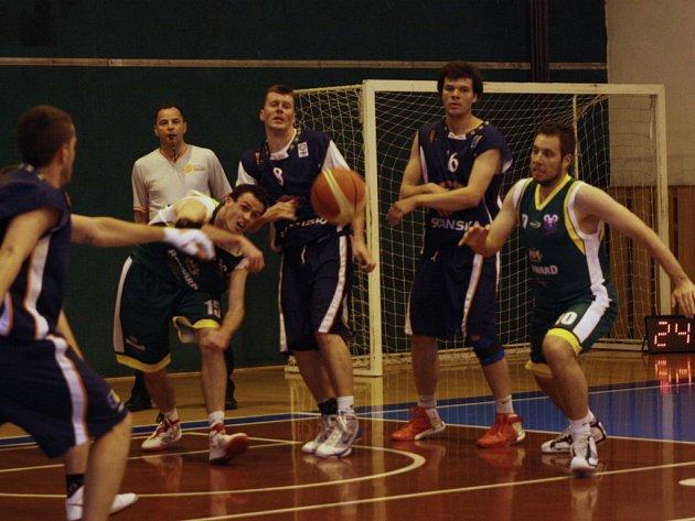 Basketbalisté Jasenice (zelené dresy) ve druhém finále prohráli 66:70, celkově ale vybojovali postup do druhé ligy.