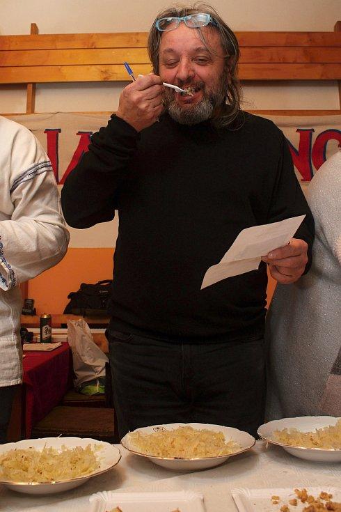 Členové Spolku pro zachování valašských tradic uspořádali 1. února 2020 na Jasence na Moštárně devatenáctý ročník soutěže O najlepší hňápané zelé. Se svým vzorkem přišel soutěžit také Ladislav Kubeš.