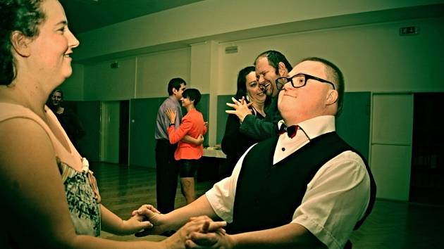 Taneční kurz pro lidi se zdravotním hendikepem, který ve Vsetíně uspořádali pracovníci neziskové organizace Naděje.