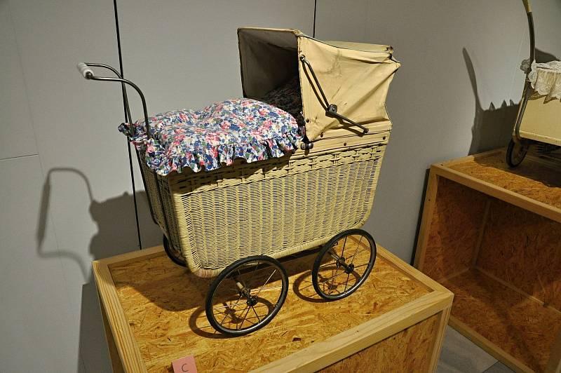 Katalogy firem zabývajících se výrobou dětských kočárků nabízely již koncem 19. století zcela nový typ kočárku na vysokém podvozku.