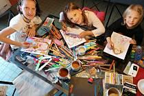 Sestry Eva Neuwirthová a Rozárka a Káťa Ruskovy kreslily v době koronaviru po celý měsíc den co den každá jednoho anděla. Do 18. září 2020 vystavují 186 obrázků v Relaxačním centru Salza v Zašové.