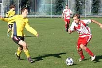 V utkání 1. A třídy fotbalisté Vsetína (bíločervené dresy) doma porazili Valašské Meziříčí B 5:2.