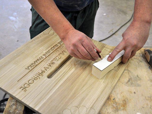 Výroba dřevěných pokladen pro sbírku na obnovu požárem zničeného Libušína ve firmě Commodum ve Valašské Bystřici