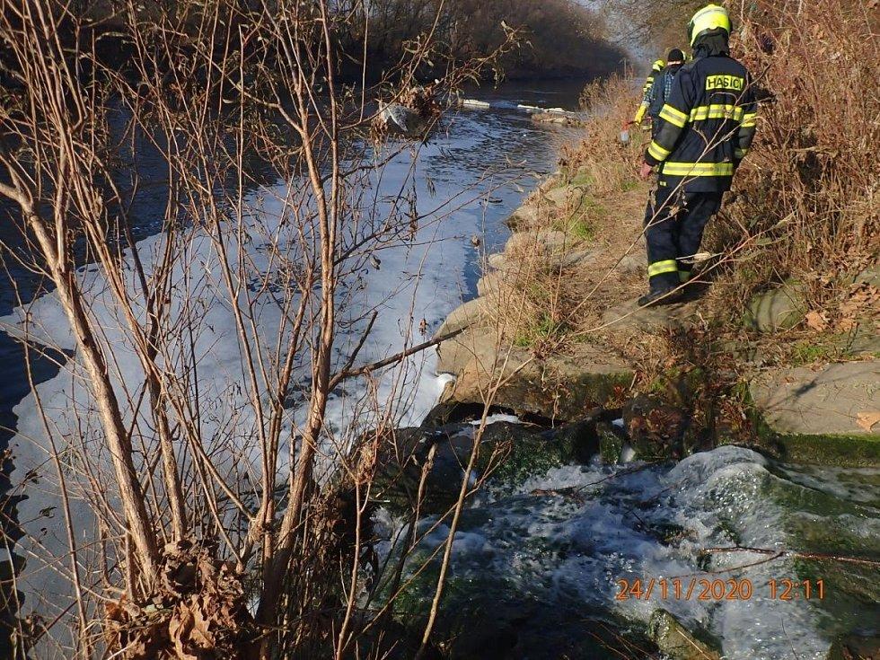 Hasiči zasahují u Valašského Meziříčí po úniku chemikálie do řeky Bečvy. 24. listopadu 2020