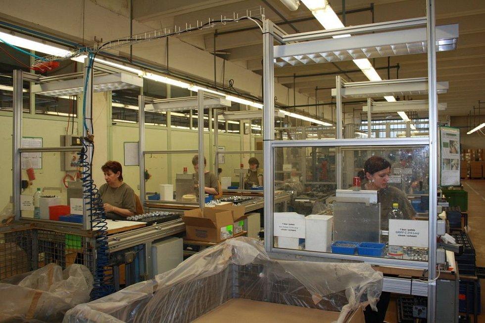 Kromě baněk se v Irise,v.d. vyrábí taky kartonové krabice, či plastové součásti do automobilů.