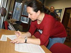 Pod petici proti herně v budově využívané folklorními soubory přibývají od včerejška první podpisy.
